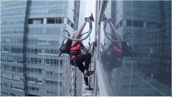 Bu Kadın Elektrik Süpürgesi ile Gökdelene Tırmandı! - Popular Science