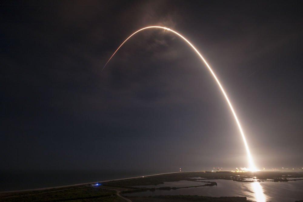 Roketin kalkışının yarattığı göz alıcı ark.
