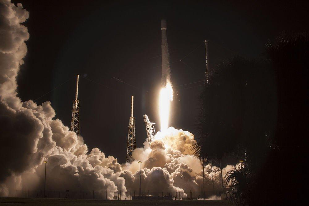 SpaceX roketi Cape Canaveral'dan yükselişe geçiyor.