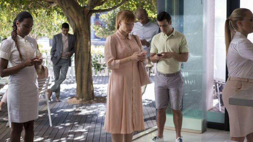 Bryce Dallas-Howard ve cici arkadaşları öylece telefonlarına bakıyorlar. Gizlice içmiş olabilier.