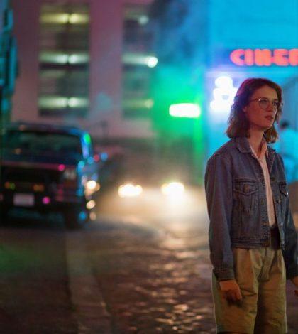 Arka sokaklarda neon ışıklı bu sahne pek hayra alamet değil.