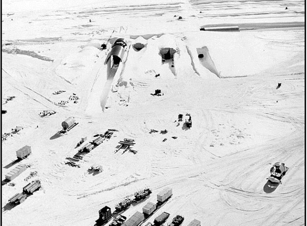 Unutulmuş Atıklar Şuan 30m'den fazla kalınlıkta karın altında kalmış olan Centruy Kampı, bu yüzyılın sonunda erimeye başlayacak.