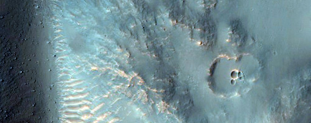 Hesperia Planum da bir krater, Mars ın güneyindeki yüksek tepelerinde lav düzlüğü.