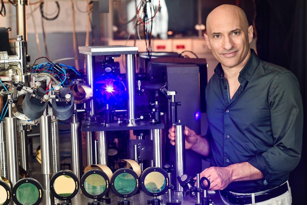 Steinhauer kara delik yapan makinesiyle