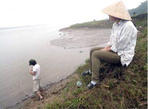 Yeni çalışmalar, yüksek oranda arsenik içeren suyun Kızıl Nehir'den Hanoi'ye yakın olan akiferlere yöneldiğini gösteriyor. Mason Stahl suyun içindeki, meslektaşı da nehrin kenarında oluşan tortulaşmış kısımda bulunan suyu test ediyor