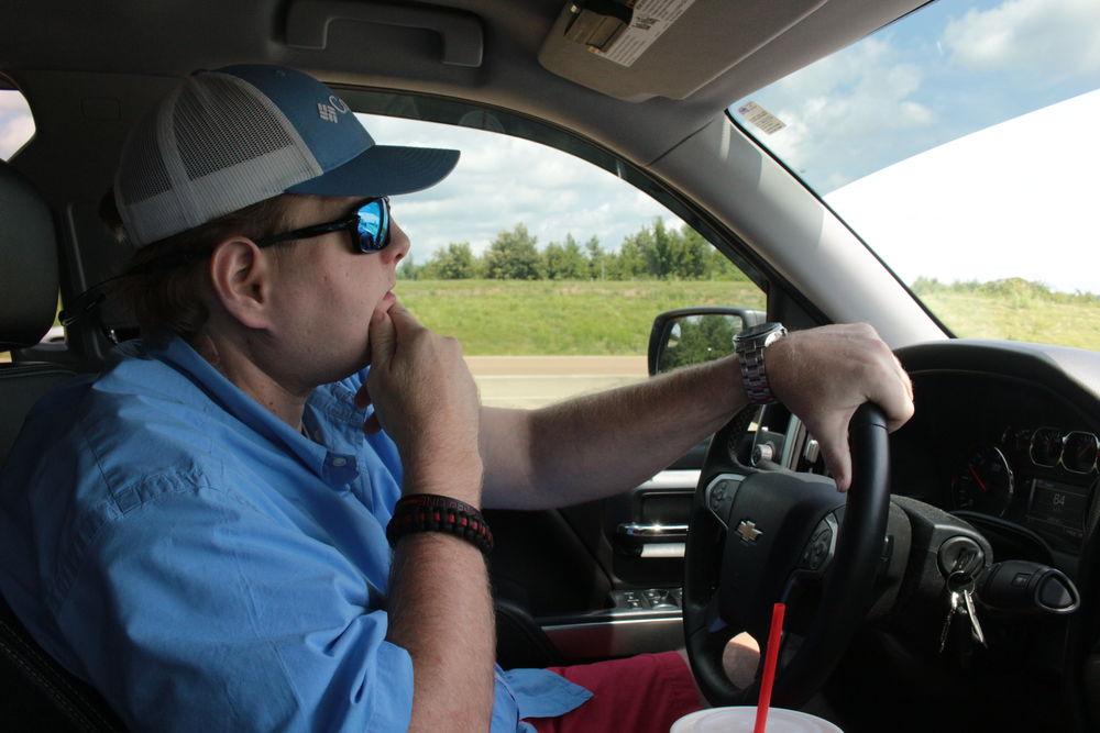 Yüz nakli alıcısı Pat Hardison Pat Hardison Temmuz 2016'da Mississippi'de kamyonunu sürerken. Ameliyatla nakledilen göz kapakları sayesinde gözlerini kırpabiliyor ve görüşünü koruyabiliyor.