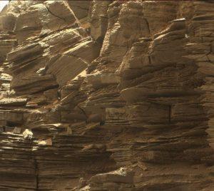 Murray Tepesi Rüzgarlar tarafından oluşturulan narin katmanlar. Mars'taki bu oluşum, Stimson Formasyonu olarak bilinir.