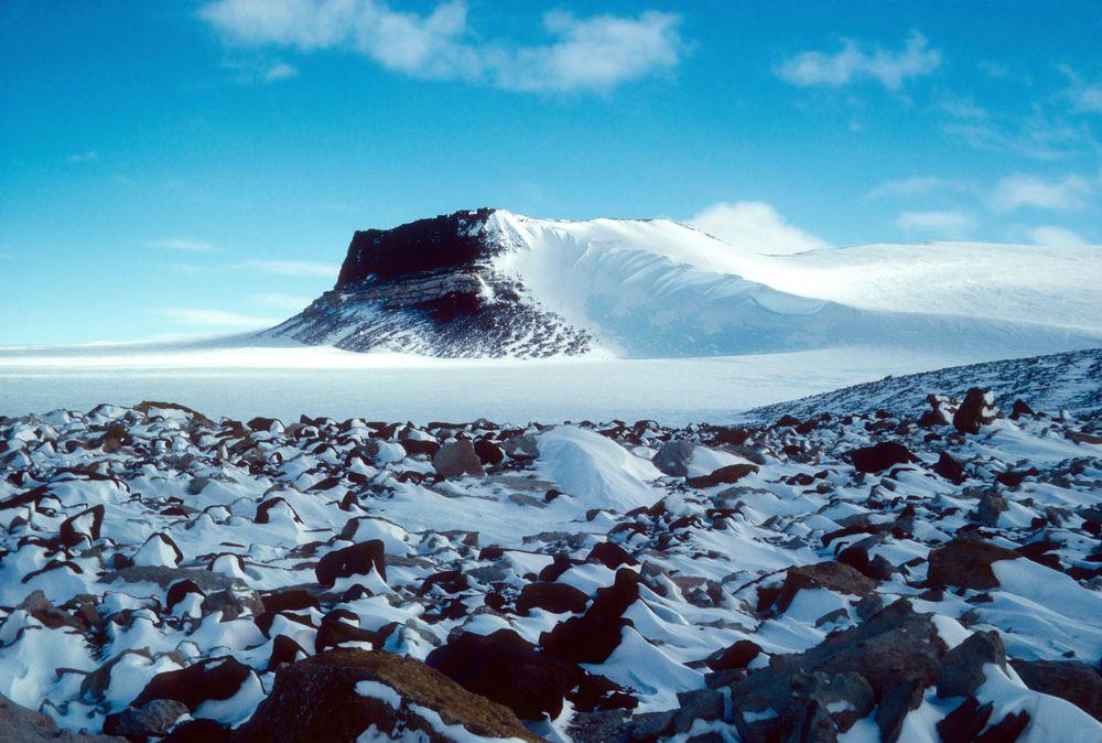 Fleming Dağı, Antartika Resimde Sirius Grubu'nun jeolojik oluşumu görülüyor. Buzul bir çökelti olmasına rağmen küçük okyanus fosilleri içerir.