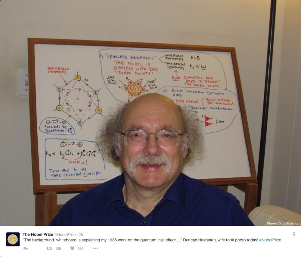 Duncan Haldane yazı tahtasının önünde Duncan Haldane, maddenin fazlarını tanımlayan topolojik çalışmaları üzerine David Thouless ve Michael Kosterlitz ile ödülü paylaşıyor.