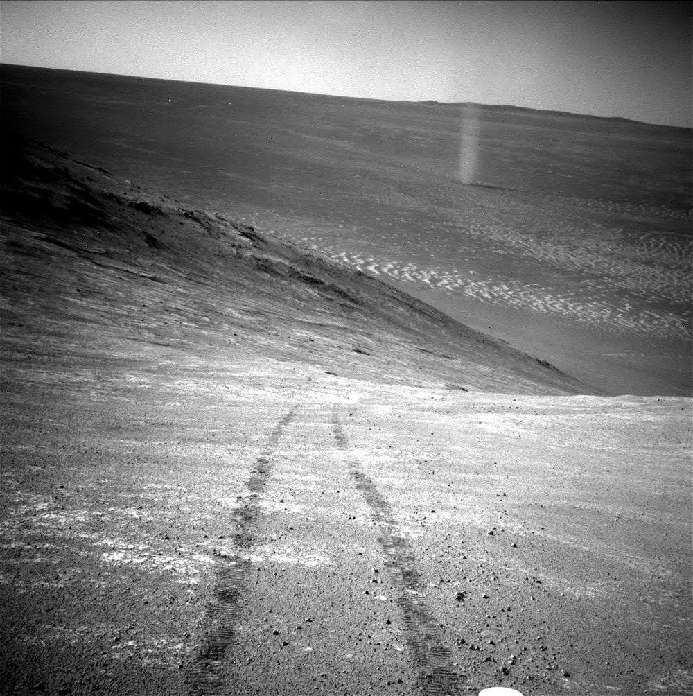Toz Hortumu NASA'nın Mars keşif aracı Opportunity, alttaki vadi boyunca dönen toz hortumunun resmini kaydetti. Görüntü, Marathon Vadisi'nin güney kesitini oluşturan Knudsen Tepesi'nin kuzeye bakan yamacında, araç arkasında iz bırakarak devam ederken alındı. Opportunity, fotoğrafı 31 Mart 2016'da, Mars görevinin 4332. gününde, seyir kamerasından (Navcam) çekti.