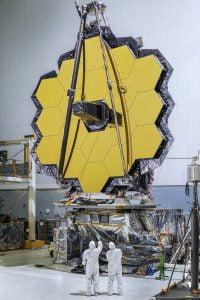 Mühendisler, tamamlanan James Webb Uzay Teleskopu üzerinde bir takım testler yapmaya hazırlar.