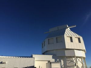 Uzay Gözlem Teleskop Kompleksi Kuzey Oscura Tepesi'nde bulunan uydu, yerküre ile senkronize yörüngede hareket eden cisimleri inceliyor.