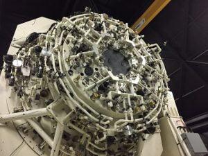 Uzay Gözlem Teleskobu'nun Arka Yüzü Teleskopu hareket ettirmek için hava basınçlı bir sistem kullanılıyor ve dondurucu koşullarda bile çalışabiliyor.
