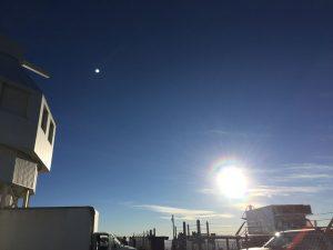 Gün Batarken Uzay Gözlem Teleskobu'nun Görüntüsü Medya alanı terk ettikten sonra mühendisler, program yöneticileri ve projedeki diğer görevliler yeşil Çili biberi yahnisi için bir araya toplandı