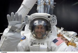 Mike Massimino'nun 2,5 milyar dolarlık Hubble Uzay Teleskopu'nu onarmaya yardım ettiği ilk uzay yürüyüşünden. Stres yok!