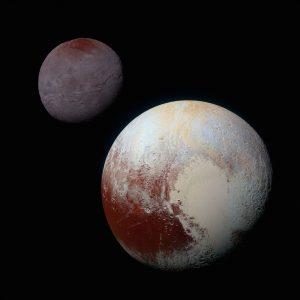 Haziran 2015'te New Horizons adlı uzay aracı Plüton'un yakınından geçişi sırasında Plüton ve onun en büyük uydusu Charon'u ayrı ayrı görüntüledi. Bu görüntüler NASA tarafından renklendirilip orantılı olarak (Plüton'un çapı 2370 km, Charon'un çapı ise 1214 km) bir araya getirildi.