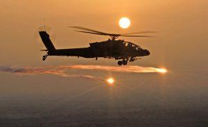 AH-64D Apache Helikopteri Aydınlatma Fişeği Atıyor
