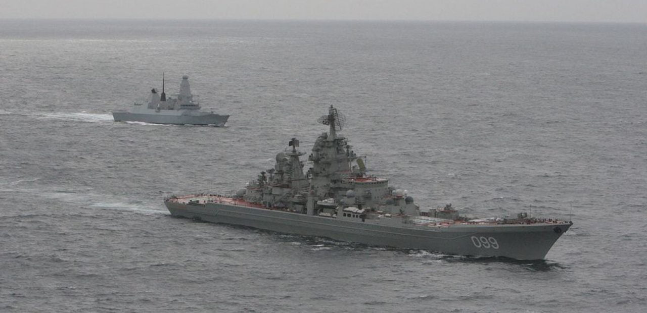 Önde Rus Kirov Sınıfı savaş gemisi 'Pyotr Velikiy', arkada ise HMS Dragon.
