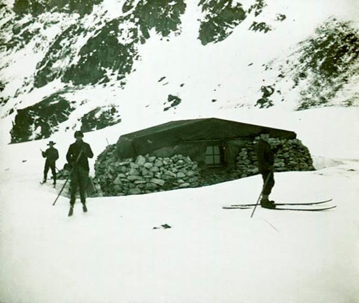 Antarktika'daki ilk sabit yapı olan Omond House, 1903 yılında Laurie Adası'nda İskoç araştırmacılar tarafından yapıldı.