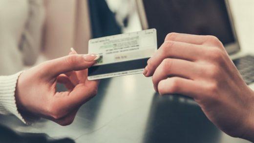 İddiaya Göre Bir Adam 'Fotoğrafik Hafızasını' Kullanarak 1.300 Kredi Kartı Bilgisini Çalmış